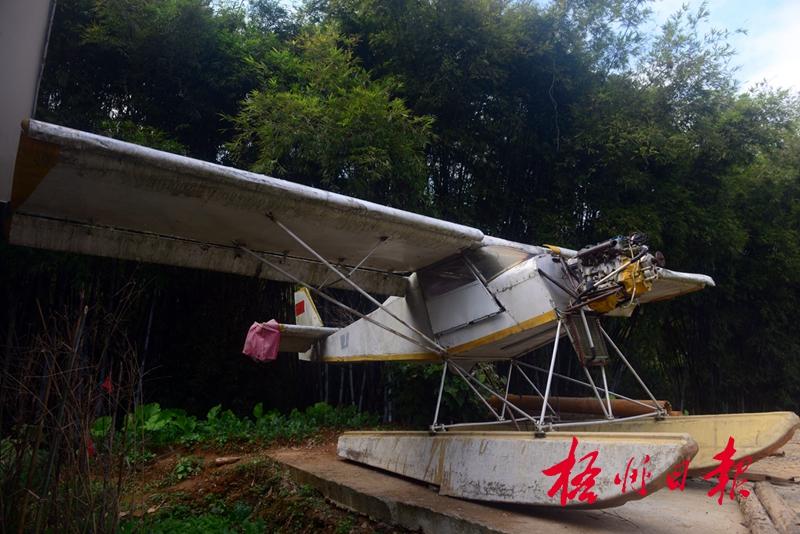 在苍梧县木双镇友谊村,村民卢炳成自制的飞机停放在自家的空地上(摄于2017年12月30日)。 据悉,这架飞机是卢炳成花费约十万元购买发动机和各种材料制造的,整机翼展8米、机身长6米,已成功试飞。卢炳成介绍,他自幼喜欢物理,小学时便自学高中物理课程。目前,他正在进一步完善设计,计划今年春节后投入20万元采购航空铝材料和高级发动机,制造一架能折叠、便于小车运输的轻型飞机。李煜荣 摄 303641