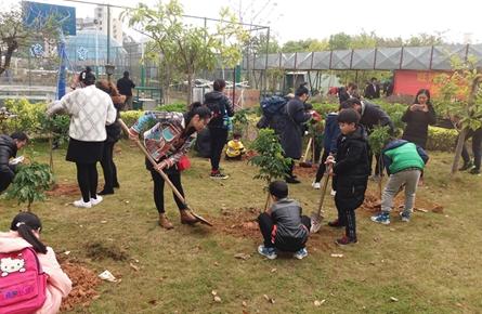 大学社区携手旺城同心驿站开展植树活动