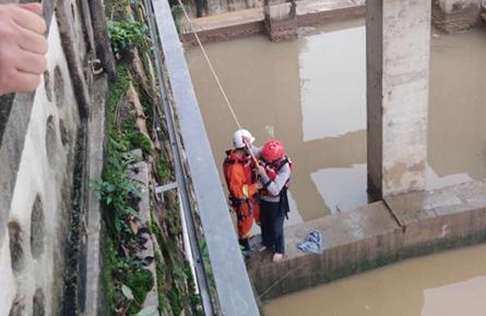 被洪水围困老人得救