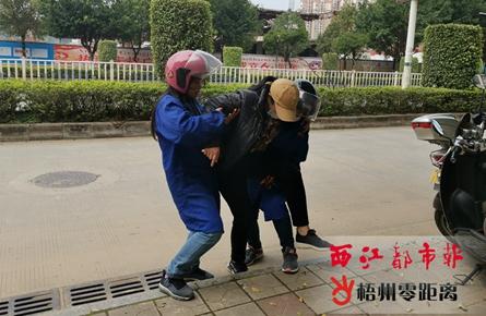 市民骑车摔倒 好人热心相助