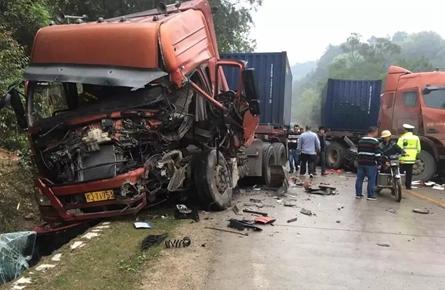 苍梧三辆大货车相撞,岑溪一辆大货车撞进民房