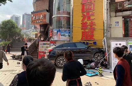小车冲上太阳广场人行道,致一名行人受伤