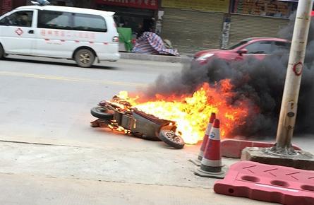 电动车当街起火自燃