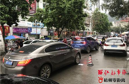 宝石城东门路段车辆占道停放