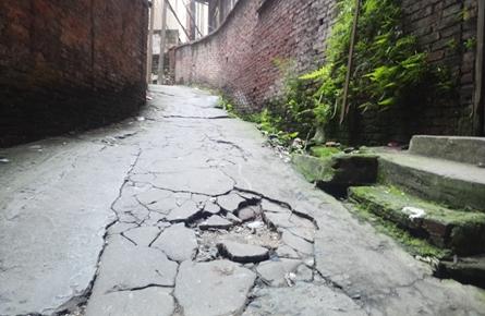 登山小路路面坑洼污水横流