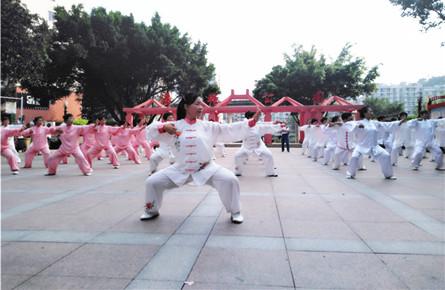 """近百名老年大学太极队员表演太极庆""""五一"""""""