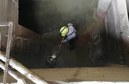 地下工人泡在污水中工作