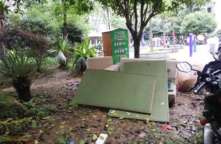聚福茗城小区废旧家具乱扔