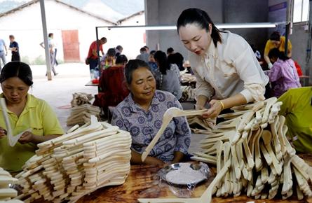 创办小微企业 助贫困户就业