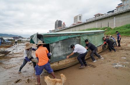 清理防洪堤岸坡