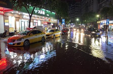 大雨突降 多处路段严重积水