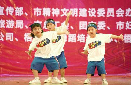 街舞爱好者轮番斗舞