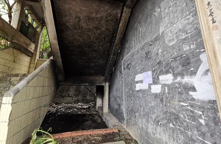 民宅公共楼梯间突发起火