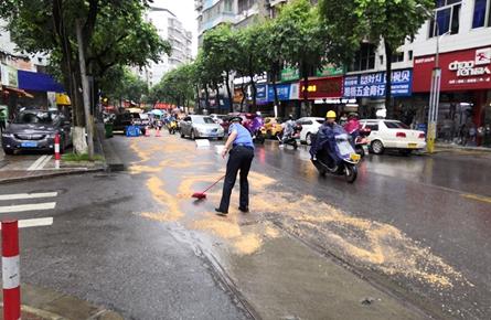 路面被污染致多辆两轮车滑倒