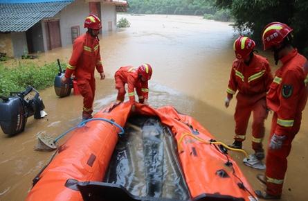 部分消防救援人员徒步挺进苍梧县六堡镇受灾点