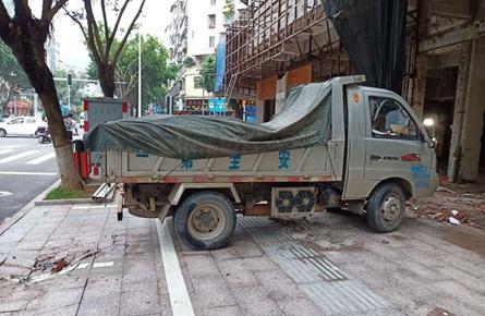 人行道路面被施工车压坏