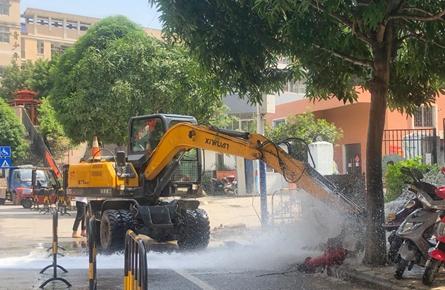 挖掘机误损路边消火栓