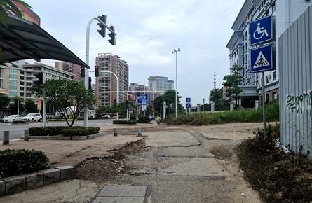 三龙大道非机动车道问题多多
