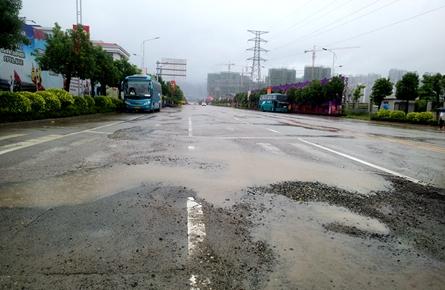 三龙东三路路面破损影响通行