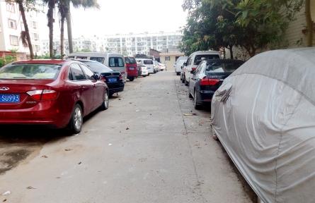 龙圩镇兴业园小区外通道停车乱象何时休?