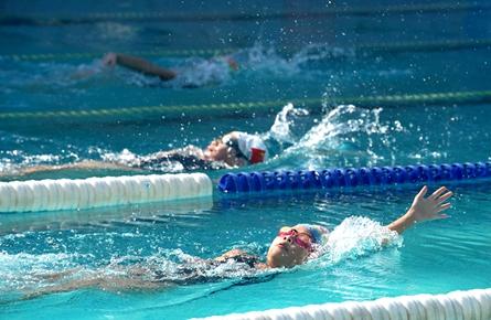 区内游泳小将同台比拼 梧州选手发挥出色