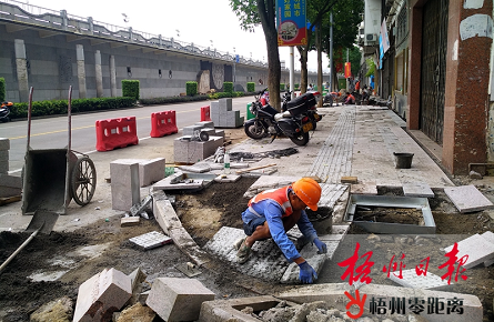 桂林路人行道铺设地砖