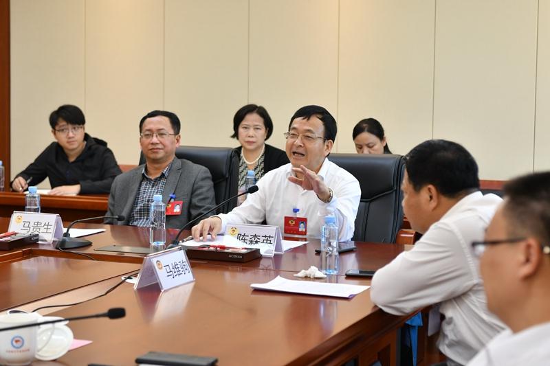市政协十二届五次会议进行分组讨论