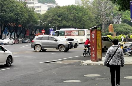 旺城广场献血点对出路段车辆违规行驶现象频发