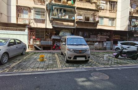 占用公用停车位现象屡见不鲜