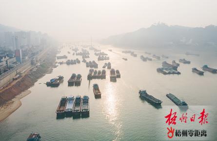 雾锁西江船倚岸