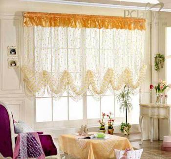 窗帘虽说只是家居装修的点缀,往往也为整间房子奠定了基调,不同的颜色、款式的选择经常能给家居整体风格带来改变,衬托出主人与众不同的品位。 室内设计而言,窗帘不仅具有遮光的作用,更有美化的功能,在选窗帘之前最好先为整个家居装潢定下一个基本格调,然后再去寻找和室内各个细节相匹配的窗帘。