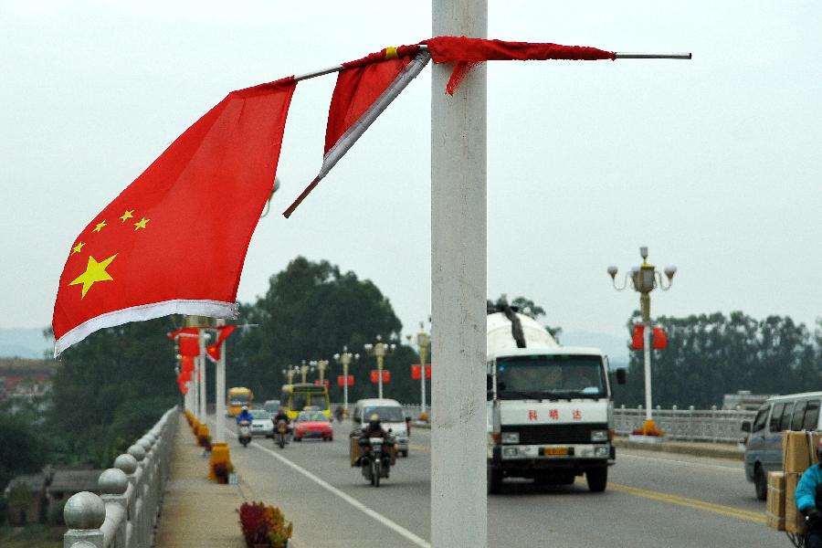 国旗代表国家尊严,希望有关部门尽快维护.(何鎏/摄)