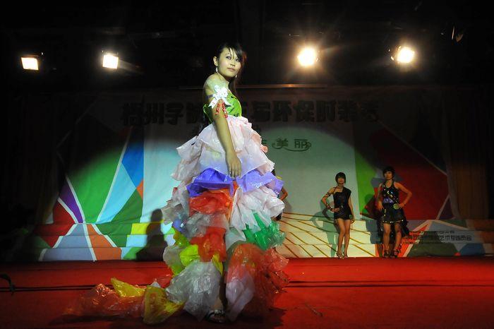 环保时装幼儿环保时装 环保时装图片1; 自制的环保时装走秀;