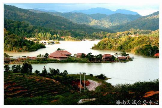 南岛为中国一个省级行政区海南省的主岛。海南省简称琼,位于中国最南端。北以琼州海峡与广东划界,西临北部湾与越南民主共和国相对,东北濒南海与台湾省相望,东南和南边在南海中与菲律宾、文莱和马来西亚为邻。  海南位于祖国的最南端,是中国唯一的热带海岛省份。是我国国土面积最小,海洋面积最大的省份 。将在2020年初步建成世界一流的休闲度假胜地,国务院定位为海南国际旅游岛。到海南去旅游,是梦寐以求的事。今天通过天伦度假终于成行,一路都充满了好奇。  由家去首都国际机场2号航站楼乘坐海航班机,