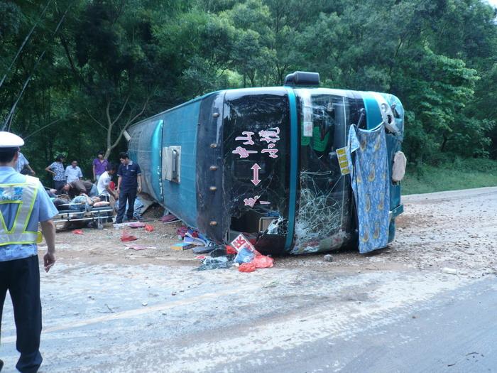 梧州零距离问政网_大客车南梧公路上侧翻 一死两伤