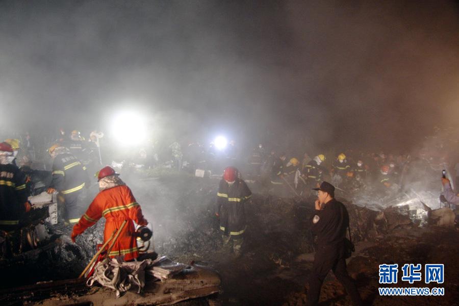 2010年8月25日 伊春飞机失事已确认有43人遇难 8月25日凌晨,救援人员在飞机失事现场搜寻幸存者。 24日21时36分左右,一架从哈尔滨飞往伊春的客机在接近伊春机场跑道时失事,这架飞机的航班号为VD8387。据了解,机上共有旅客91人(其中儿童5人),机组5人,目前已确认43人遇难,另外53名伤者已全部收治在当地医院。新华社发(李广福 摄)   2010年8月25日 民航总局工作组赶往黑龙江伊春 8月24日,21时35分左右,河南航空有限公司一架ERJ-190型飞机在伊春机场失事。民航局领导率工