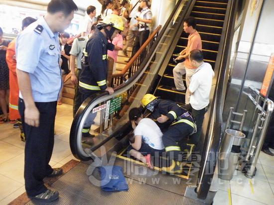 本网讯 7月24日晚上9点20分,梧州市太阳广场一名二岁男孩的右脚被卡在自动扶梯上。据查,太阳广场电梯2009年也曾发生夹人事故,后物业方一直在电梯口张贴安全告示。 当日,梧州市长洲区消防大队官兵到达现场后,迅速分为两个救援小组:第一救援小组携带简易救援装备前去侦察;第二小组在楼下待命,随时传送所需的救援装备。经群众指引,第一救援小组迅速来到了四楼,刚到四楼就听到的小孩的哭叫声,其母亲更是泣不成声。 指挥员侦察发现,小孩的右脚卡在了扶梯末端的边上,而且卡比较深,救援难度较大。消防官兵马上组织开展救援,