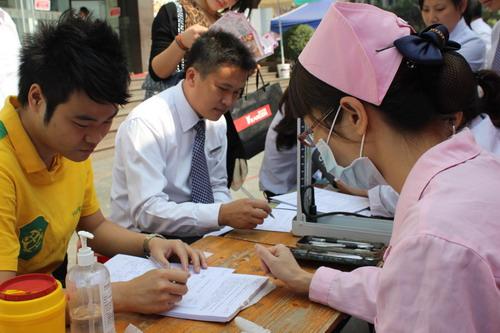 梧州梦之岛17周年庆 组织员工无偿献血