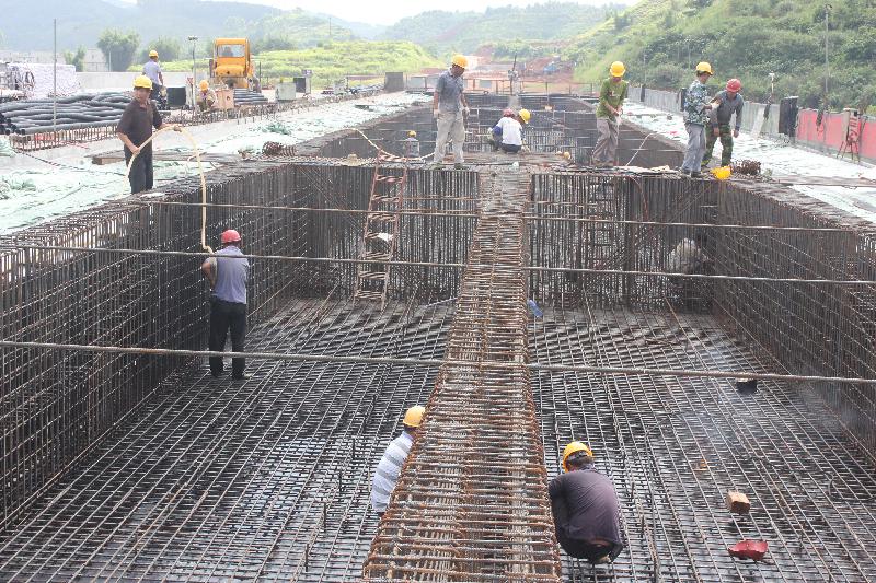 7月11日,工人正集中力量焊接、搭建贵港至梧州高速公路藤县旺国段主线桥钢筋箱梁。 据介绍,旺国主线桥桥长98米,已完成7成的工程量,施工单位正抓住晴好天气,组织足够的人力、机械,全力推进桥梁建设,预计20多天后,就可以完成右侧桥顶板的铺设。截至目前,贵梧高速公路已累计完成投资16.