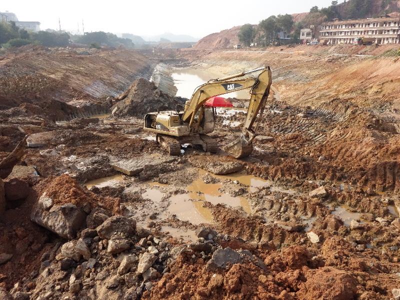 施工机械正进行开挖,疏浚作业