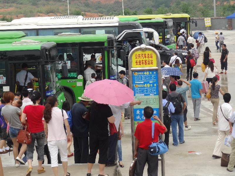 梧州 南宁/5月20日,乘坐D8271次南宁至梧州动车的乘客按照站前广场的...