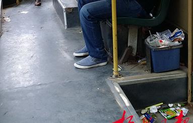 公交车垃圾桶满垃圾