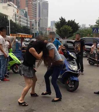 网曝两女子街头互殴视频