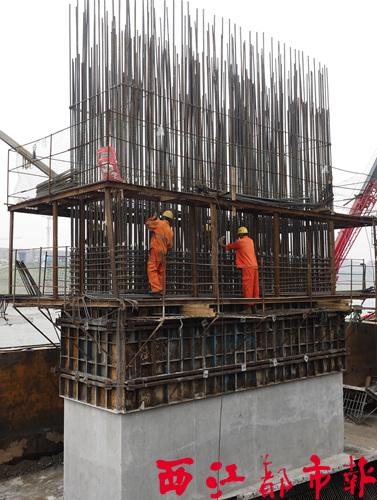 钢筋工竖起建筑的脊梁