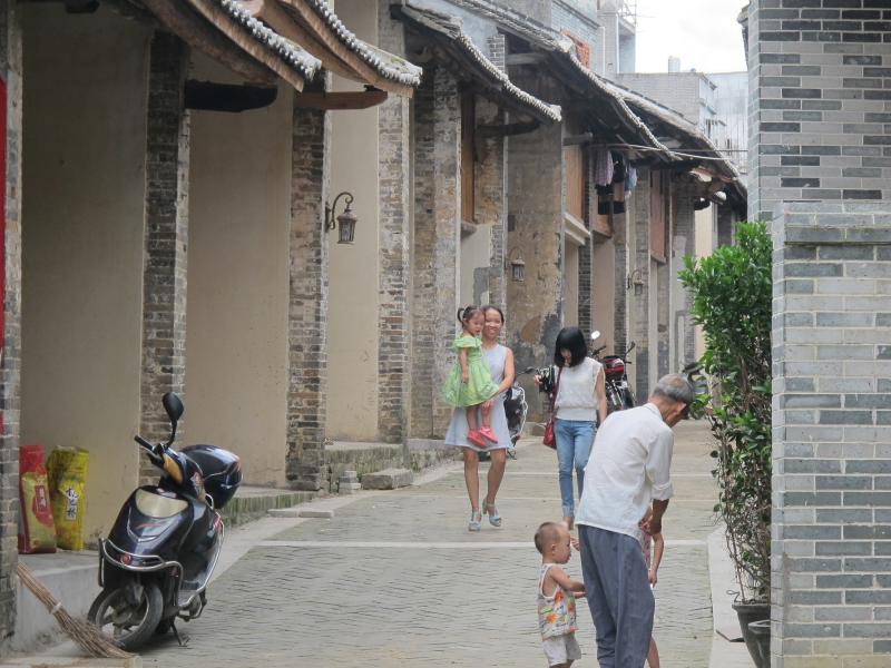 今年,岑溪市抓紧推进棚户区危旧房改造工作,率先开工的樟木古街改造
