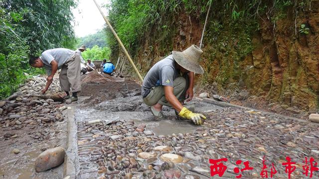 施工人员正在古渡口旁铺设鹅卵石道路