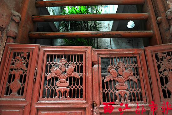 而维新里则是梧州人的西关大屋。在维新里分布的近代民居群,现有39座民居房屋,南北长200米,东西宽55米,均采用砖混结构,坐北向南,带有西洋风味,平均楼高在3至4层。正门多用趟栊木门,部分还设有雕花屏风式小门,窗台、阳台多使用铁艺装饰护栏,门窗则采用花玻璃,窗外饰以灰雕,多为吉祥纹或花草纹。