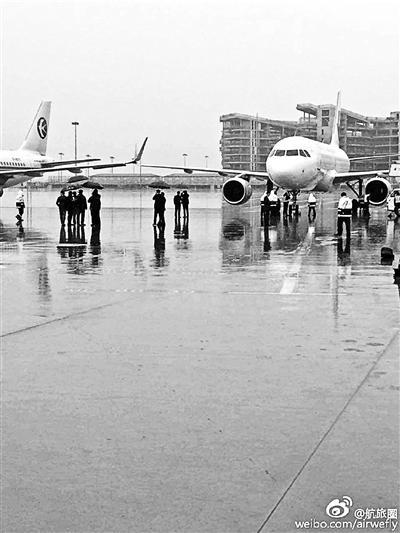 上海机场两架飞机剐蹭