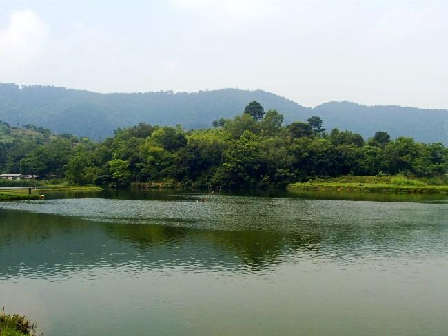 在八宝塘的地方里,黛山,松涛,鱼塘,小岛,民居,美景连绵不绝,看着看着