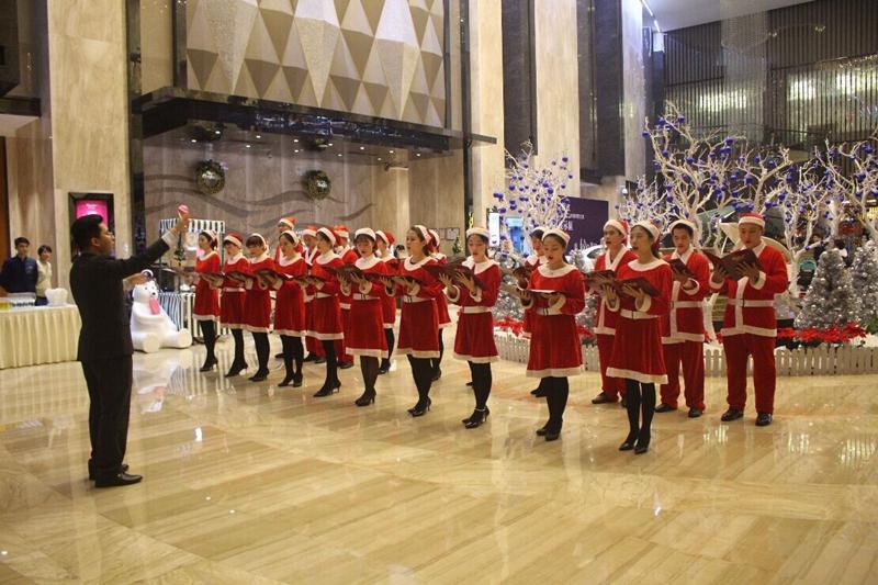 唱诗班的圣诞歌曲合唱表演令人赏心悦目.-国龙大酒店圣诞狂欢正式